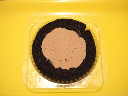 スプーンで食べるプレミアムチョコロールケーキ開けてみた