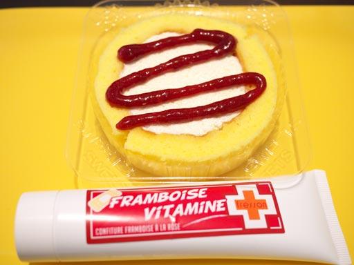 スプーンで食べるプレミアムロールケーキをフォションとともに