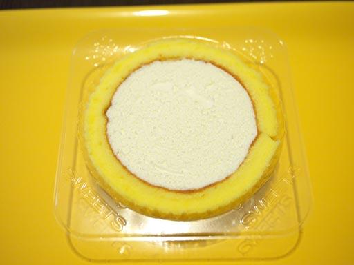 スプーンで食べるプレミアムチーズロールケーキあけた