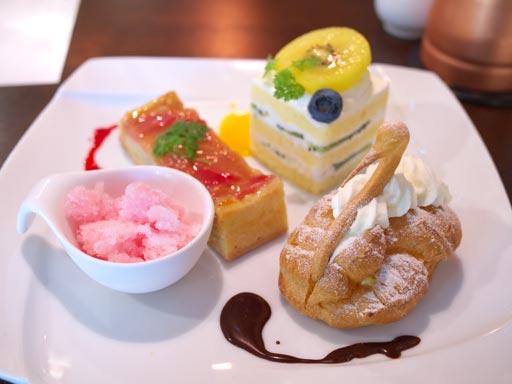シュークリーム、ショートケーキ、タルトルバーブ(201005@デザートカフェ ユウタ)