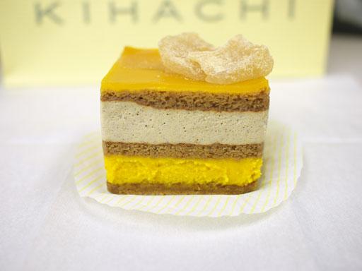 かぼちゃと黒豆きなこのケーキ(201010@パティスリーKIHACHI)横から