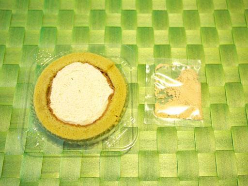 スプーンで食べるプレミアム黒みつと黄なこのロールケーキ(201102@ローソン)開けた