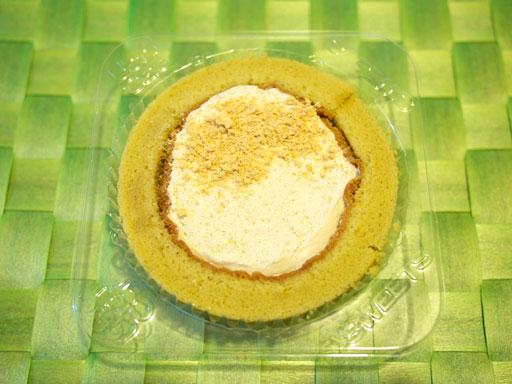 スプーンで食べるプレミアム黒みつと黄なこのロールケーキ(201102@ローソン)黄なこがけ