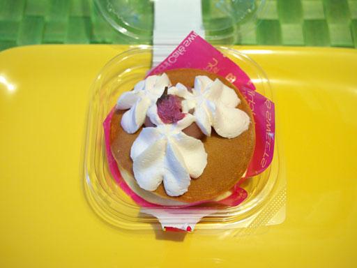 スプーンで食べる桜の生どら焼き(201104@ローソン)上から