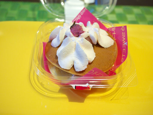スプーンで食べる桜の生どら焼き(201104@ローソン)