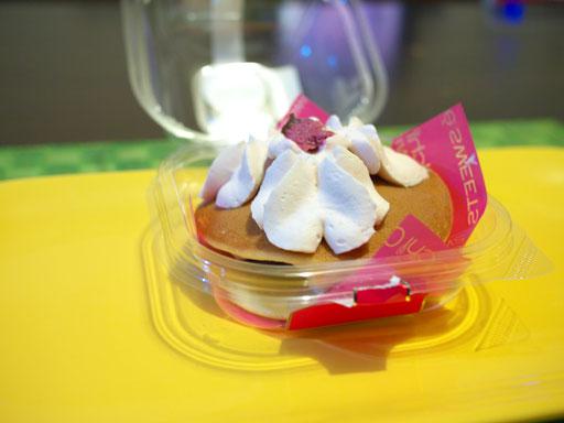 スプーンで食べる桜の生どら焼き(201104@ローソン)横から
