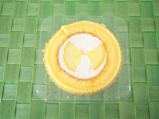 スプーンで食べるプレミアムレモンとレアチーズのロールケーキ(201106@ローソン)