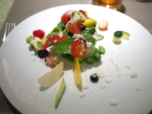 季節のフルーツサラダ、緑のムラングとアボカドのムース(201110@リベルターブル)