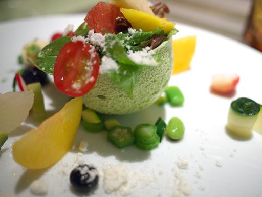 季節のフルーツサラダ、緑のムラングとアボカドのムース(201110@リベルターブル)器がメレンゲ