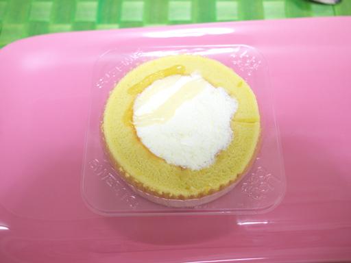 ローソンスイーツ(201111@ローソン)プレミアム柚子とジンジャーのロールケーキ、ソースかけた