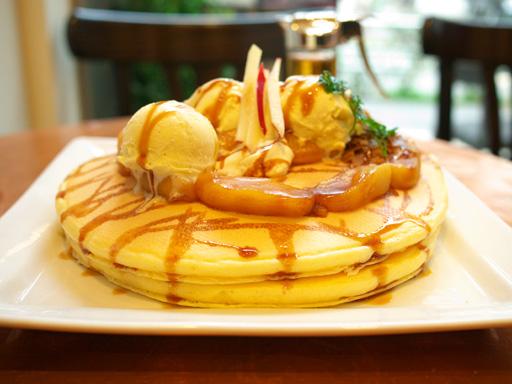 紅玉りんごのシナモンキャラメルパンケーキ(201202@アクイーユ)横から