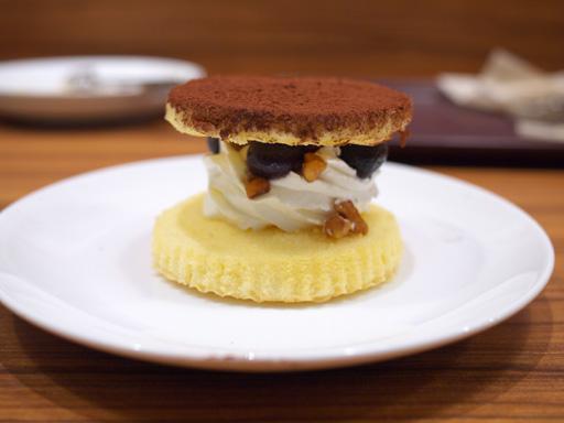 デザートサンド(201204@MOSDO)くるみとブルーベリーのデザート横から