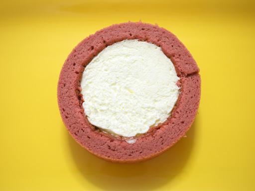 スプーンで食べるプレミアムカシスとレアチーズのロールケーキ(201205@ローソン)上から