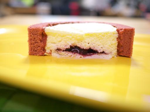 スプーンで食べるプレミアムカシスとレアチーズのロールケーキ(201205@ローソン)横から