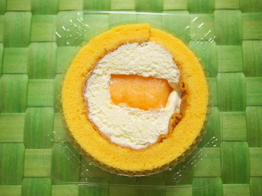 コンビニ夏の新作ロールケーキ食べ比べた(201207@コンビニ)メロンのロールケーキ