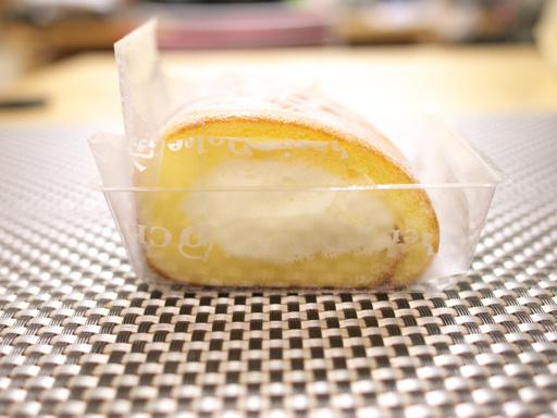 コンビニ夏の新作ロールケーキ食べ比べた(201207@コンビニ)クリームロール横から