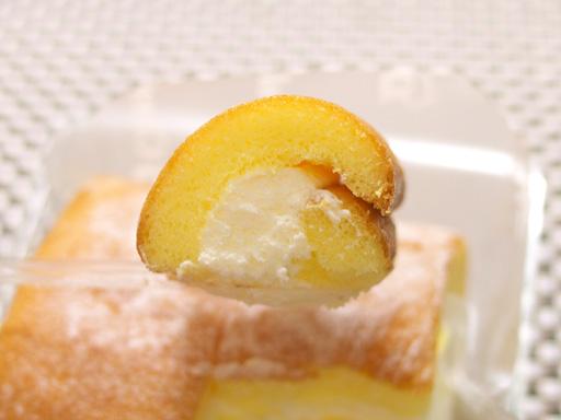 コンビニ夏の新作ロールケーキ食べ比べた(201207@コンビニ)クリームロールすくった