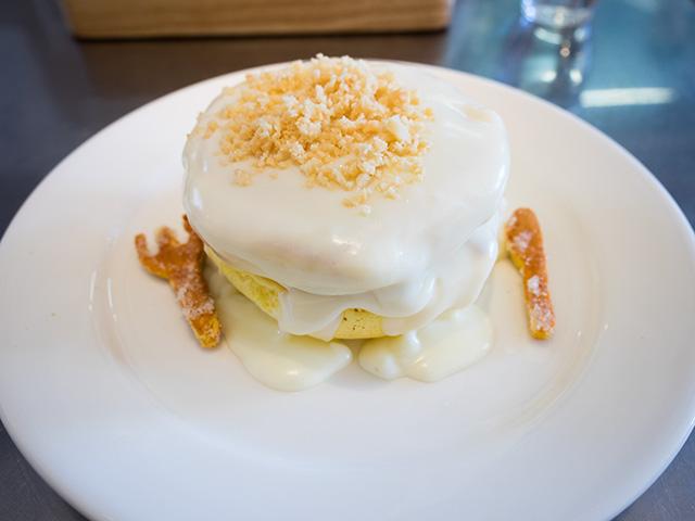 レインボーパンケーキのマカダミアナッツソースのパンケーキ