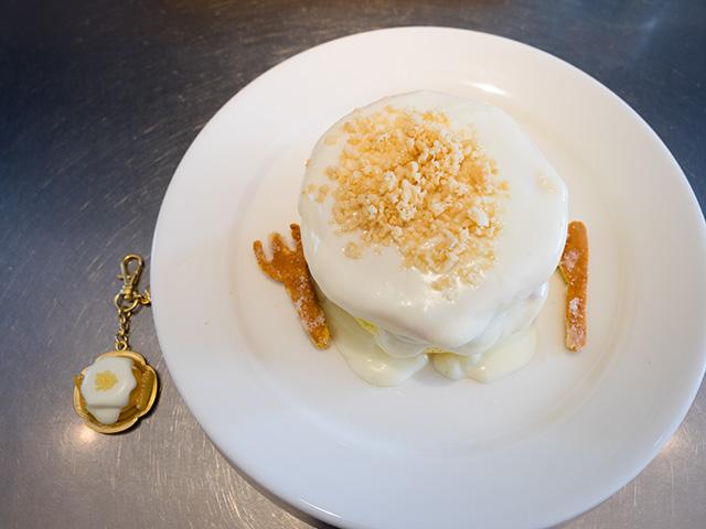 レインボーパンケーキのマカダミアナッツソースのパンケーキとQ-pot.さんのコラボ