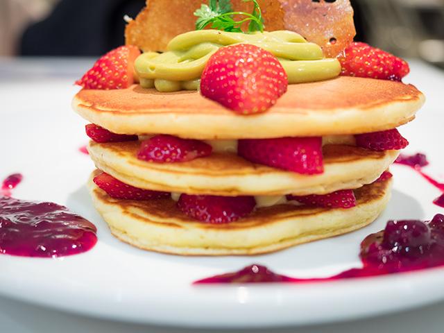 紅ほっぺ苺とピスタチオ カスタードのミルフィーユパンケーキ(20140427@バターグランデ)横から