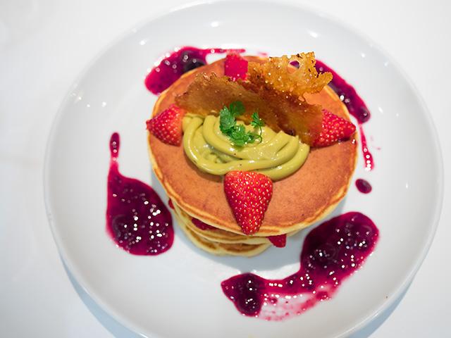 紅ほっぺ苺とピスタチオ カスタードのミルフィーユパンケーキ(20140427@バターグランデ)上から