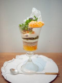 幻の桜島小みかんと八朔の柑橘がメインのグラスデザート 濃抹茶のコンフィチュールと福井の花垣のアイスと白餡のジュレ入り