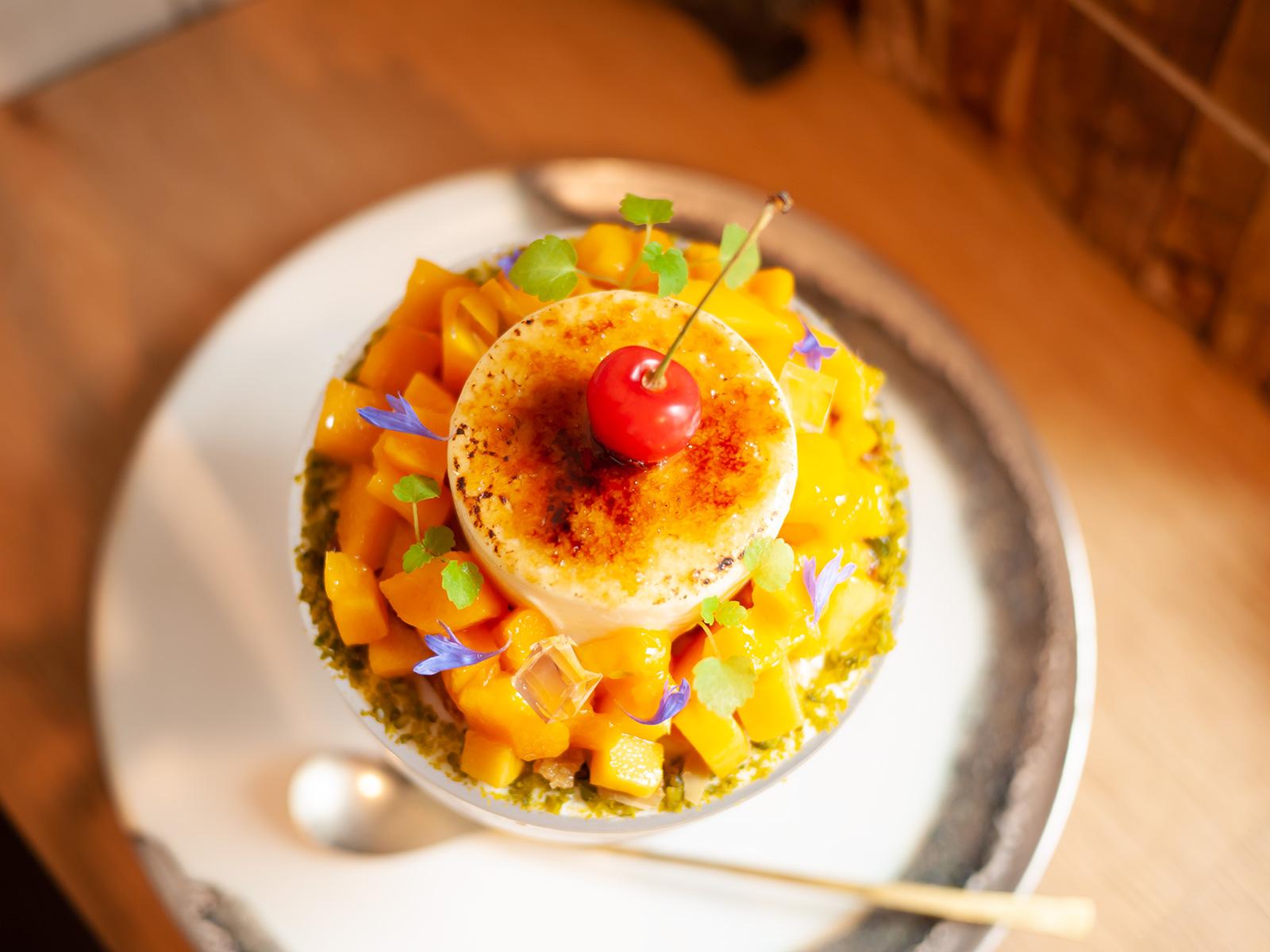 ジャスミン香る宮崎マンゴーと青森さくらんぼのピュイダムール仕立て  杏仁とフランボワーズ風味の上から