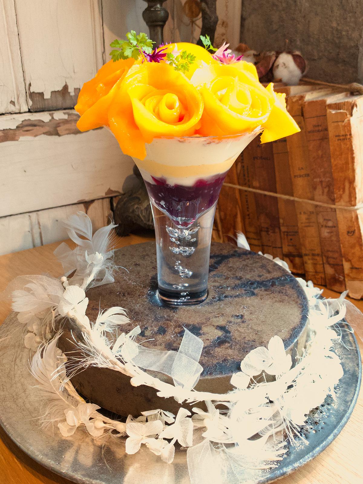 芳醇な宮崎マンゴーの贅沢なブーケと様々なスパイスのサングリアのジュレ ヨーグルト風味のパンナコッタと相性の良いココナッツのアイスのグラスデザート