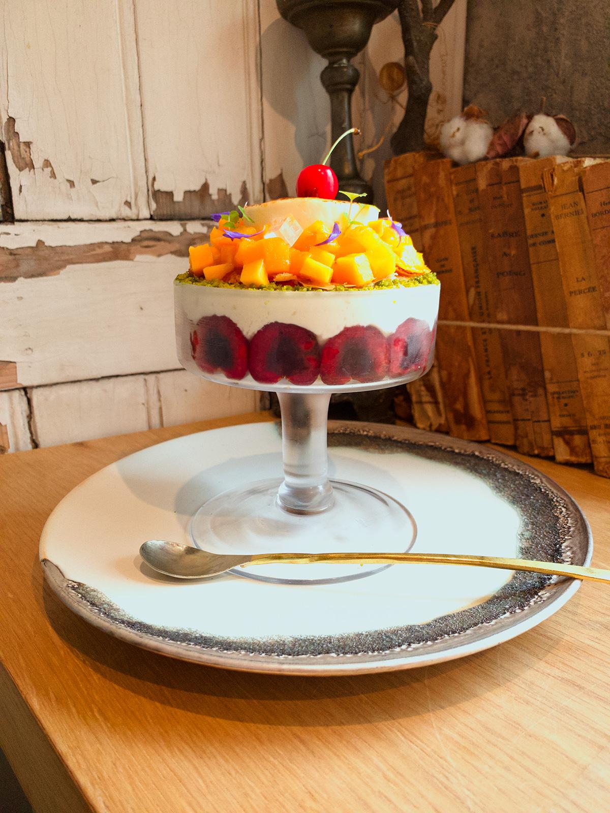 ジャスミン香る宮崎マンゴーと青森さくらんぼのピュイダムール仕立て  杏仁とフランボワーズ風味