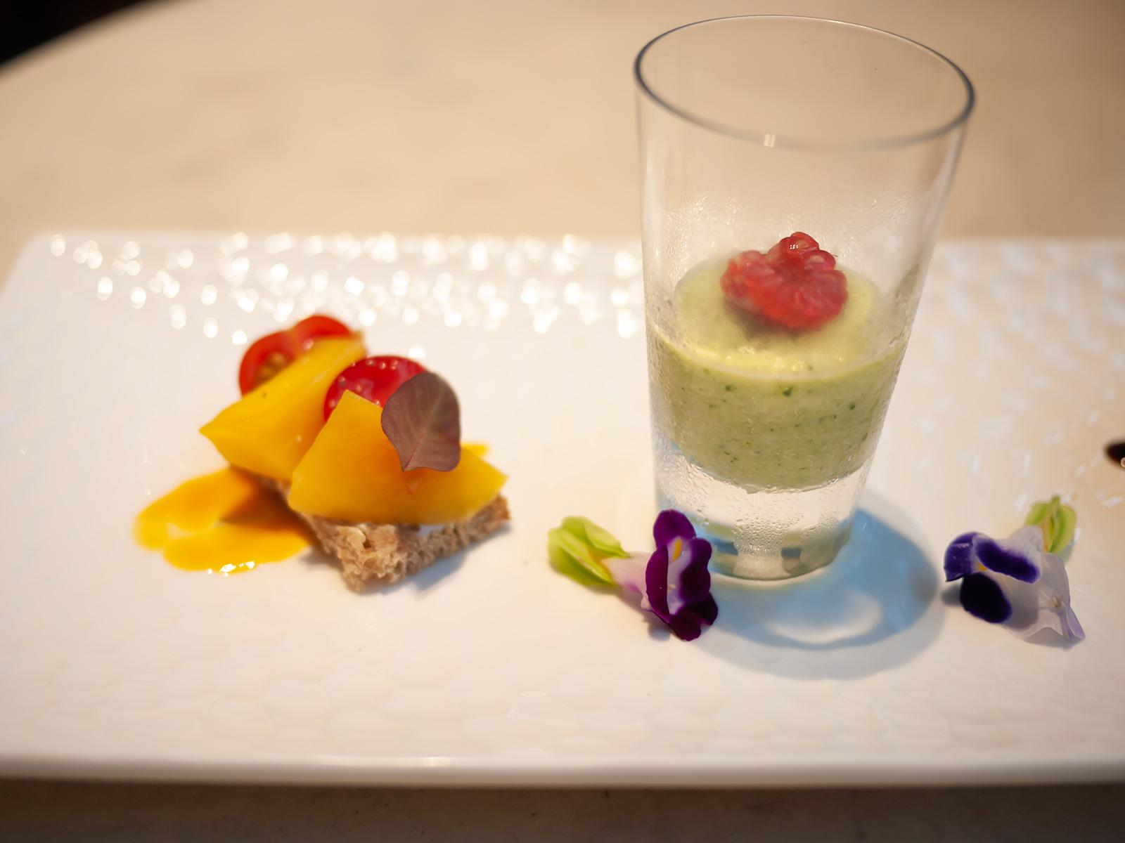 豆乳とズッキーニのムース、マスカルポーネにマンゴーとトマトを載せたタルティーヌ